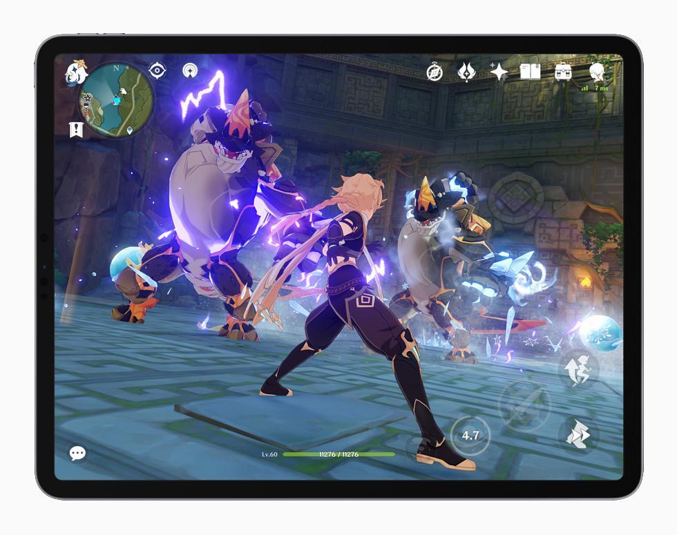 在 iPad Pro 上展示《原神》的遊玩體驗。