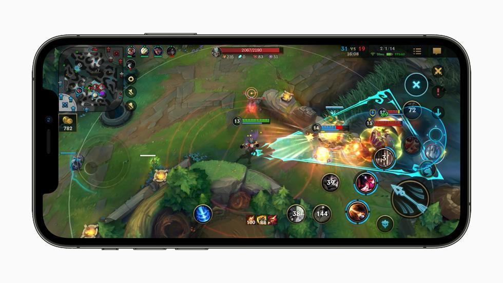 在 iPhone 12 Pro 上展示《英雄聯盟:激鬥峽谷》的遊玩體驗。